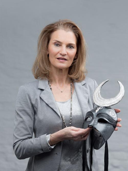 Lydia Fillbach mit Maske in der Hand